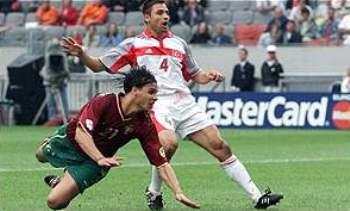 Nuno Gomes marca uno de sus tantos ante Turquía en la Euro 2000 (Foto: bbcsports.co.uk)
