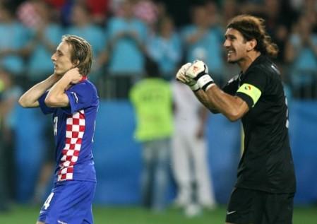 Las dos caras de la moneda: Modric, el mejor del campo, no tiene consuelo tras fallar el primer penal. Lo celebra Rüstü, quien había errado en el gol croata y se resarció en la tanda de penales (Foto: EMPICS)