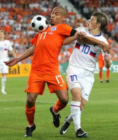 Arshavin, acá marcando a De Jong, volvió a brillar con luz propia en Rusia (Foto: EMPICS)