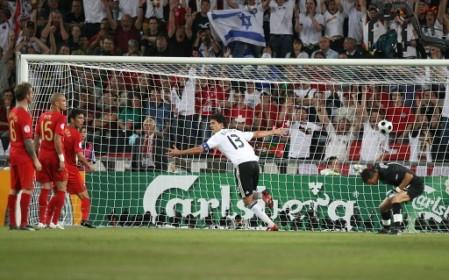 Ballack, el mejor del campo, puso de cabeza el tercer gol alemán (Foto: EMPICS)