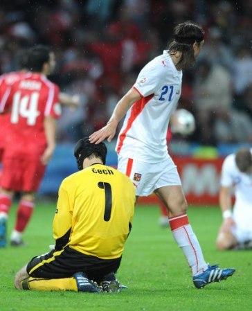 El lamento desconsolado de Cech, cuyo error determinó la eliminación checa (Foto: EMPICS)