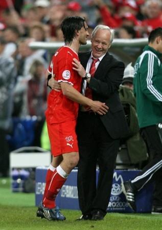 Yakin en el abrazo con 'Kobi' Kuhn, quien se despidió del banquillo suizo (Foto: EMPICS)