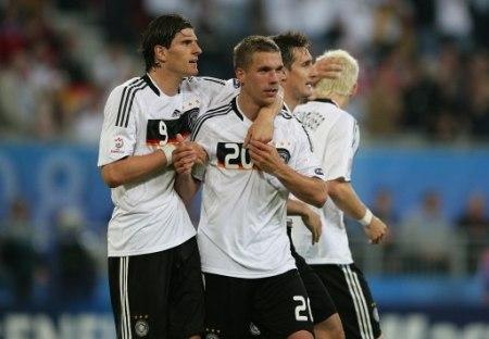 Podolski, acá felicitado por Gomez tras su segundo tanto, fue el héroe de la noche en Klagenfurt (Foto: EMPICS)