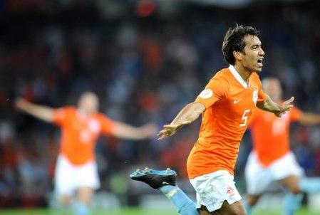 Gio van Bronckhorst anotó un gran gol y fue el mejor en Berna (Foto: EMPICS)
