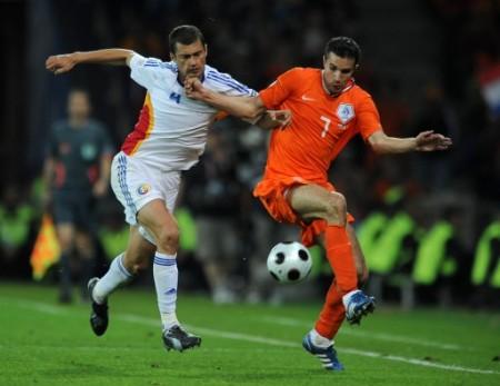 Van Persie jugó para 7 puntos y le da un dolor de cabeza a Van Basten respecto de si debe colocarlo como titular ante Alemania (Foto: EMPICS)
