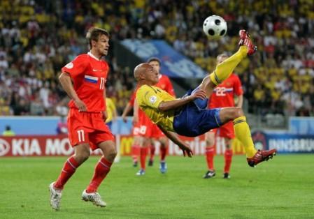 Ni siquiera esta chalaca del veterano Larsson pudo poner a Suecia en cuartos de final (Foto: EMPICS)