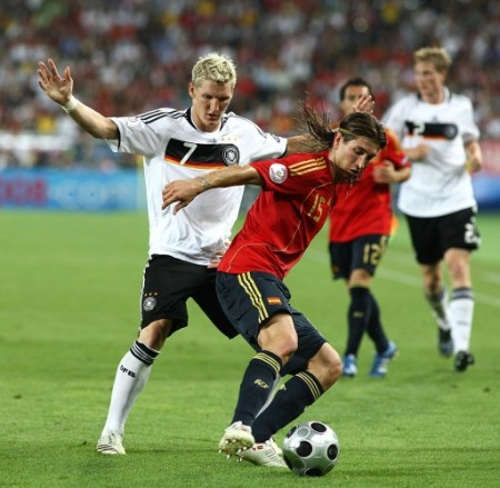 Ramos se anticipa a Schweinsteiger. El lateral del Madrid coronó con buena actuación su magnífica Euro (Foto: EMPICS)
