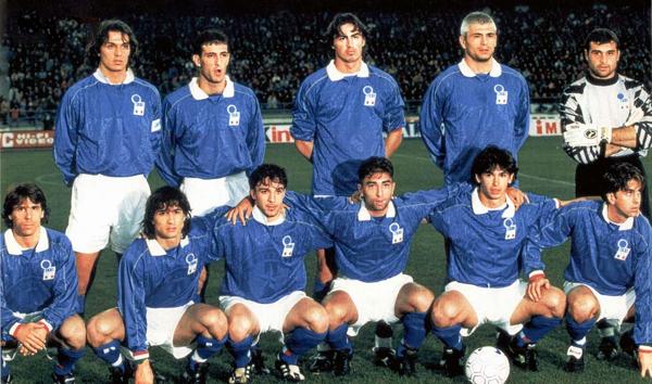 Paolo Maldini y Ciro Ferrara -los dos primeros entre los parados- llegaron a coincidir en la selección italiana (Foto: revista Kicker)