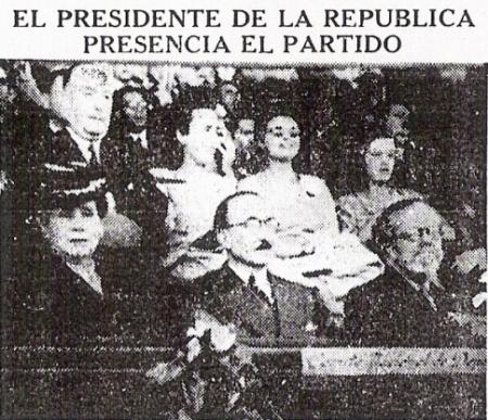 El presidente José Luis Bustamante y Rivero especta el partido desde su palco de honor (Recorte: diario La Prensa)