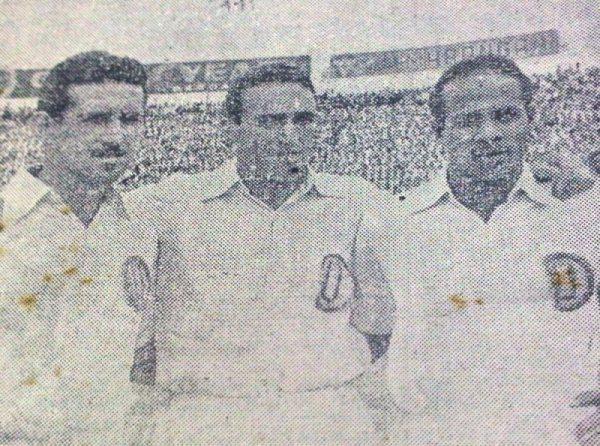 Parte de la delantera de Universitario ante Sao Paulo: 'Tito' Drago, 'Lolo' Fernández y Carlos Gómez Sánchez (Recorte: diario La Crónica)
