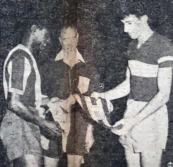 Félix Castillo cambia banderines con Antonio Ubaldo Rattín. Fueron los capitanes del Alianza Lima - Boca Juniors. (Recorte: diario La Crónica)