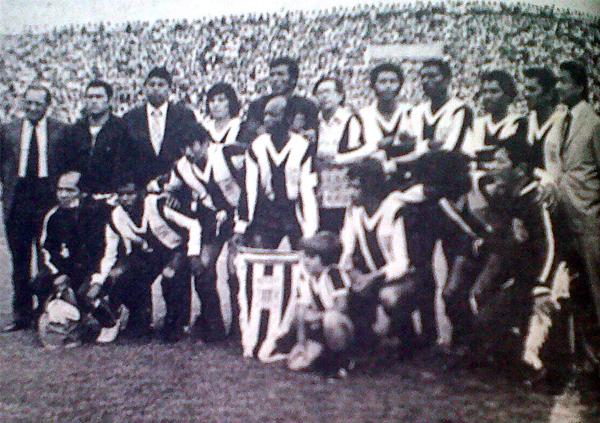 Alianza, con 'Pedrito' Ruiz en sus filas -junto a 'Pitín' Zegarra- antes de jugar su primer partido en Matute ante Nacional de Montevideo. (Foto: diario La Crónica)