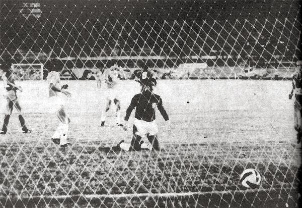 Uno de los goles que anotó el Barcelona ecuatoriano sobre la valla de un Carlos Bazán que yace derrotado (Recorte: revista Ovación)