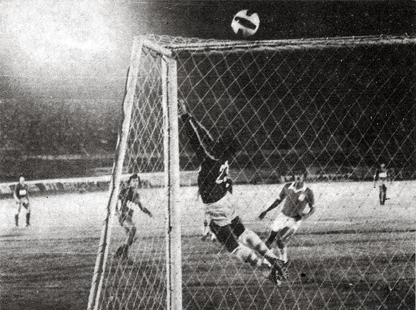 El arquero Carlos Bazán desvía el balón al tiro de esquina en una ocasión del Barcelona de Guayaquil (Recorte: revista Ovación)