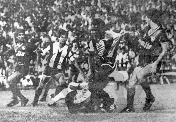 Franco Navarro ya se había calzado la blanquiazul en otros partidos, como ante Independiente en el amistoso luego de la tragedia de Ventanilla (Recorte: diario La Crónica)