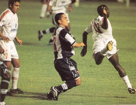 Marko Ciurlizza en acción ante LDU en enero de 2001. Esa noche, los ecuatorianos ganaron 2-3 en el Nacional de Lima al Alianza del centenario (Foto: revista El Gráfico Perú)