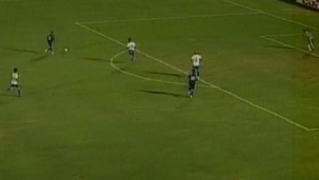 Céspedes quedó así a tiro de gol del arco uruguayo, tras habilitación de Ovelar (a la derecha) y no perdonó al golero Burián (Captura: Gol TV)