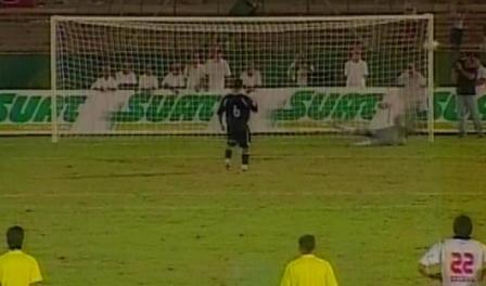 John Hinostroza pateó su penal al medio y permitió la atajada de Burián (Captura: Gol TV)