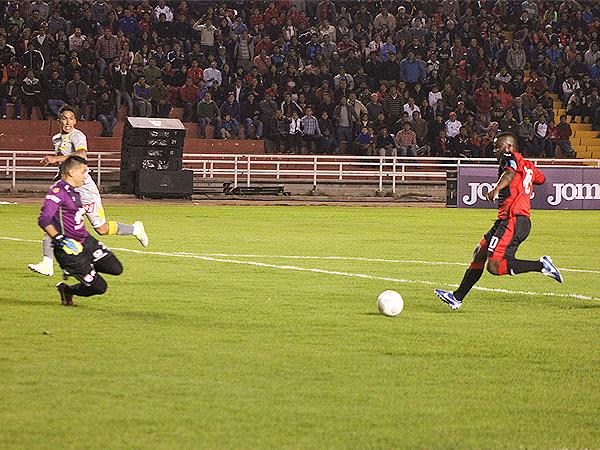 Montaño estuvo preciso con el balón y fue uno de los más ovacionados (Foto: prensa FBC Melgar)