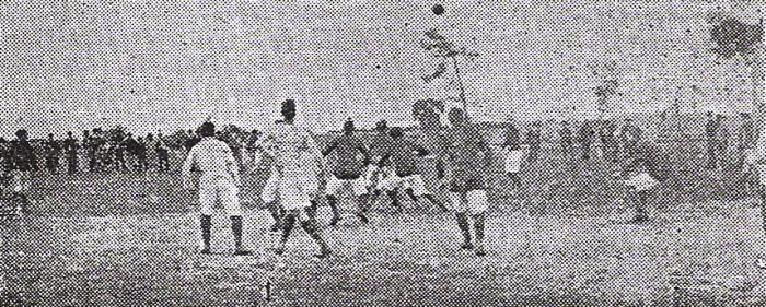Escena de un amistoso jugado en 1907 en la explanada de la Escuela Militar entre el equipo local y Unión Cricket. No se entiende por qué la Escuela, que siempre había disputado este tipo de cotejos, no quiso jugar el torneo de 1912 y acabó retirándose. (Foto: libro 'El Fútbol Asociado', Alberto Cajas)