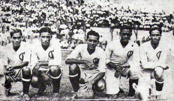 Jorge Góngora piloteando un ataque de Universitario, al centro entre 'Lolo' Fernández y Carlos Tovar, en el año que se vio obligado a dejar al equipo crema (Foto: Facebook)