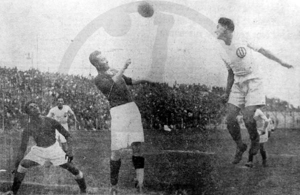 Arturo Wertheman, de Universitario, conecta de cabeza un balón sobre la marca del half derecho Pérez del Ugarte de Chiclín (Recorte: diario La Crónica)