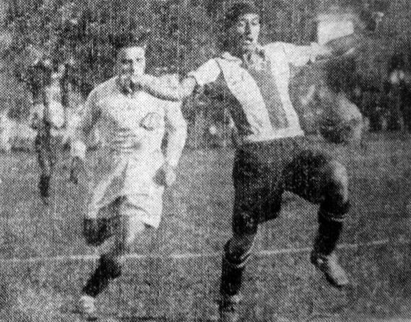 José Morales domina el balón mientras Enrique Landa está a la expectativa para no dejar pasar al 'Cholo' (Recorte: diario La Crónica)