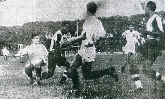 El aliancista Zúñiga le quita la pelota al crema Cuadra. Fue en el amistoso de 1938 pro fondos el viaje a los Bolivarianos de Bogotá, ganado por los íntimos (Recorte: diario La Crónica)