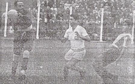 Legario atenaza el balón y sonríe ante la arremetida de Juan Castro. Observa Guillermo Delgado. Al fondo, las tribunas del Lolo (Foto: diario La Crónica)