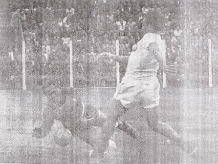 Un duelo casi tan legendario como el clásico mismo: Terry vs. Legario, en el Lolo Fernández (Foto: diario La Crónica)