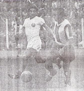 Otra vez Terry en acción, ahora persiguiendo a Fernando Vargas. 'Toto' anotó aquella tarde de julio de 1952 (Foto: diario La Crónica)