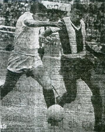 Jacinto Villalba disputa el balón con Dagoberto Lavalle en el clásico jugado el día de la final del Mundial de Suecia. El crema anotó esa tarde (Recorte: diario La Crónica)