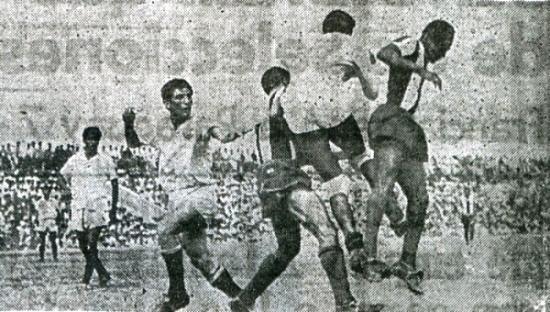 Salta Dimas Zegarra para defender su pórtico de la carga de los aliancistas Valeriano López y 'Huaki' Gómez Sánchez. Fue el 8 de junio de 1950, en el clásico que inauguró el estadio Miguel Grau de Piura (Recorte: diario El Comercio)