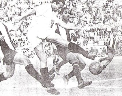 Víctor Calatayud remata al arco íntimo entre un juvenil César Cueto -a la izquierda- y Armando Lara (Foto: diario La Crónica)