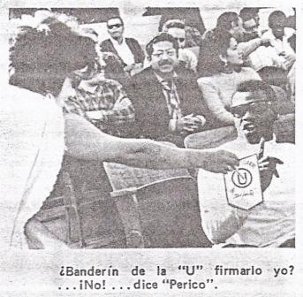Curiosa imagen que muestra a 'Perico' León rehusándose a firmar un banderín de la 'U' en la tribuna Occidente del Lolo Fernández (Foto: diario La Crónica)