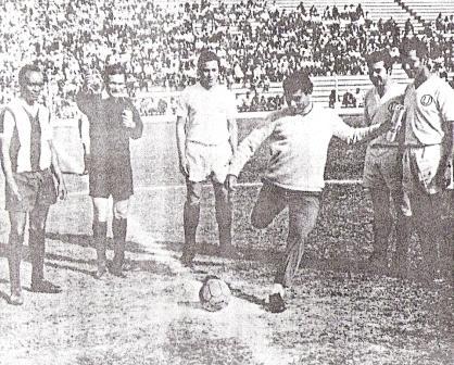 Play de honor en el clásico-homenaje a los mundialistas de México '70 disputado en el Lolo Fernández. Lo ejecuta Héctor Chumpitaz, ante la mirada de los capitanes 'Pitín' Zegarra y Enrique Cassaretto, entre otros (Foto: diario La Crónica)