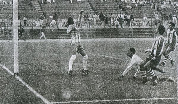 Gol de 'Balán' Gonzales a Gerardo Calero en la primera Copa Clásica, jugada el día de San Pedro y San Pablo de 1990 (Recorte: diario Ojo)