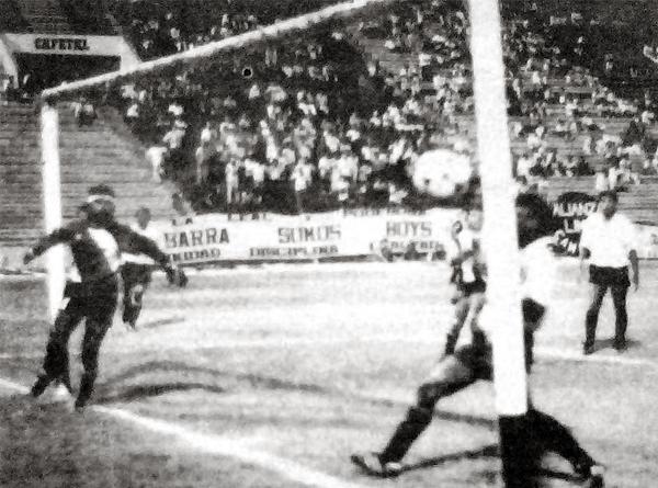La pelota yace en las redes del arco de Sport Boys luego del gran gol anotado por Víctor Reyes ante la sorpresa del fondo rosado (Recorte: diario El Comercio)