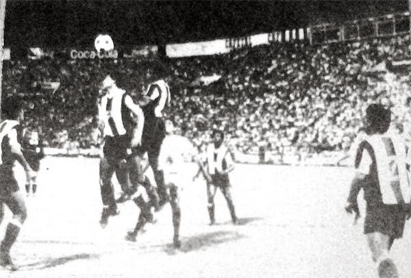 En la parte final del clásico predominó el juego defensivo, tal como en esta acción en la que Parcko Quiroz y Rosinaldo Lopes se esfuerzan por rechazar la pelota (Recorte: diario La Crónica)