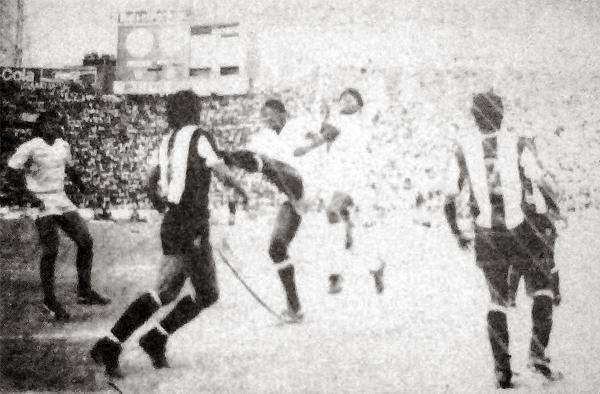 Un ataque de Universitario, con 'Balán' Gonzales a la cabeza, culmina luego que Jesús Purizaga salió a descolgar el esférico (Recorte: diario La Crónica)