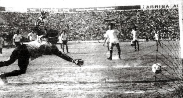 El balón se va afuera de la cancha luego del disparo de penal que Álvaro Barco erró ante un Pedro Sandoval que solo atinó a observar (Recorte: diario La Crónica)