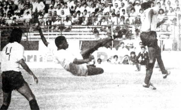 Andrés 'Balán' Gonzales ensaya un acrobático remate sobre la marca de Martín Ochandarte mientras a un lado Jaime Duarte observa la acción (Recorte: diario La Crónica)