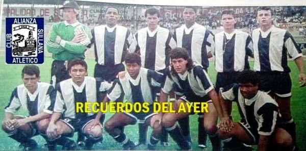 Javier Atoche, último de los parados, en una alineación de pretemporada de Alianza Atlético en 1995. Estaban en el equipo, entre otros, Juan Carlos Zubczuck y Sergio Ibarra. (Foto: Facebook)