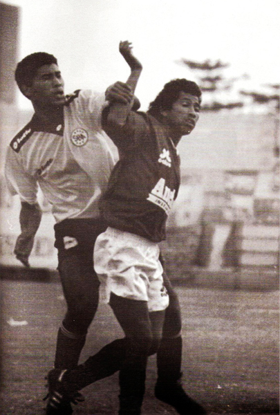 Jorge Cordero y Fredy Torrealba fuerzan una jugada en el amistoso entre cremas y rosados de 1995 (Recorte: revista Estadio)
