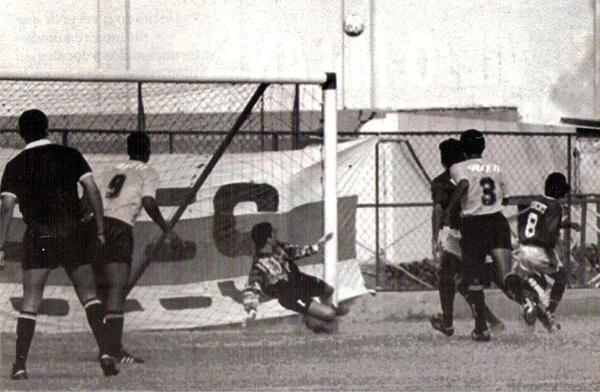 Una ocasión de gol de Boys cuando el partido aún llevaba un cauce normal (Recorte: revista Estadio)