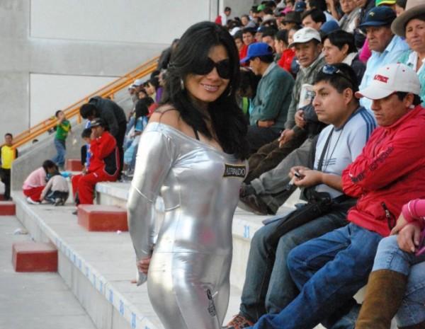LA CHICA. Esta simpática anfitriona deleitó a los fanáticos de la 'Amenaza Verde' que se dieron cita al Rosas Pampa. (Foto: Miguel Guimaray)