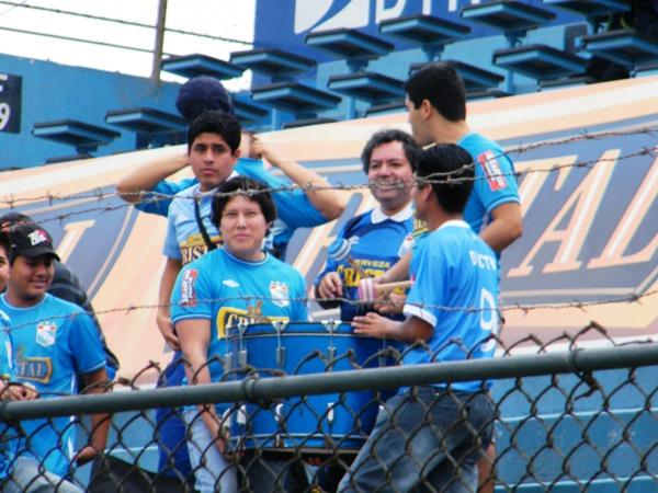 LOS HINCHAS. Estos muchachones alentaron a Cristal hasta dejar el último aliento. (Foto: Wagner Quiroz / DeChalaca.com)