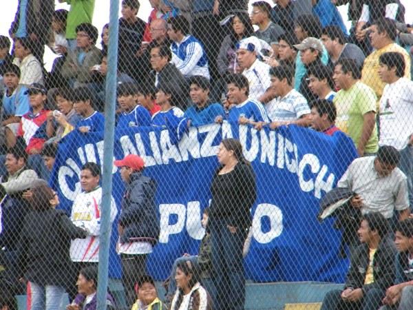 LOS HINCHAS II. Unicachi no se sintió visitante en el San Martín y recibió el apoyo de una nutrida barra que no pasó desapercibida. (Foto: Wagner Quiroz / DeChalaca.com)