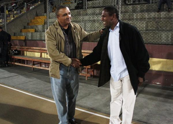 EL SALUDO. 'Rafo' Castillo y Aristóteles Ramos intercambiaron un afectuoso apretón de manos en Chimbote antes del encuentro entre sus escuadras.  (Foto: Diario de Chimbote)