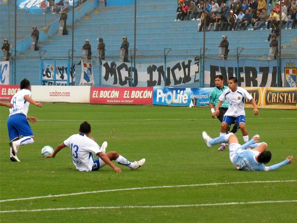 SIMPLEMENTE CAÍDO. Claudio Torrejón cae en una jugada con Paulo Ramos. El volante de Sporting Cristal no estuvo a la altura del partido. (Foto: José Salcedo / DeChalaca.com)